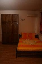 дървена масивна спалня по поръчка с гардероб от масив
