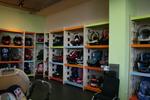 изработка на стелажи за детски столчета за кола по поръчка