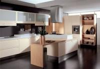 Модерна кухня с шкафове в слонова кост